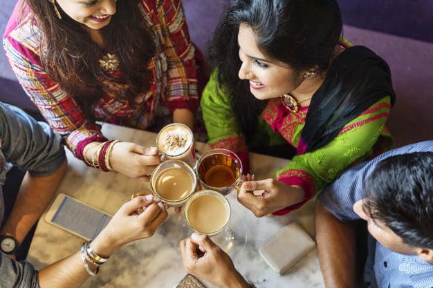 दोस्तों के साथ चाय की चुस्की