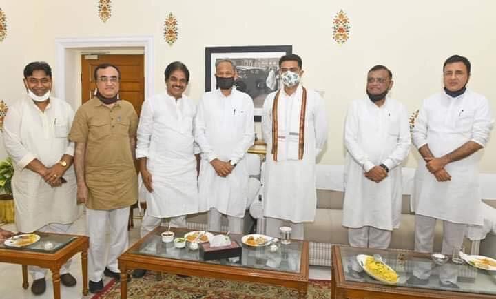 राजस्थानः विधायक दल की बैठक में बोले गहलोत, अपने तो अपने होते हैं
