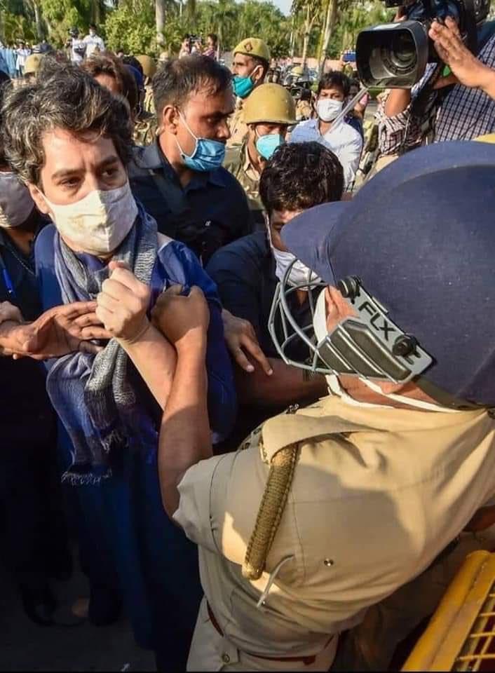 पुरुष पुलिसकर्मी ने प्रियंका गांधी का कुर्ता पकड़ कर की धक्का-मुक्की, फोटो वायरल