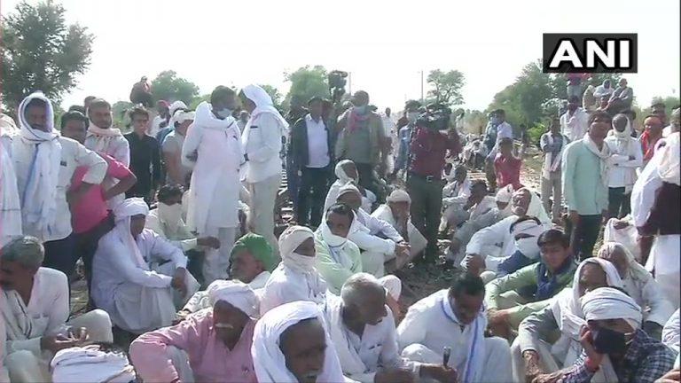 राजस्थानः दूसरे दिन भी पटरियों पर बैठे रहे गुर्जर समाज के लोग, विधानसभा में उठा मुद्दा