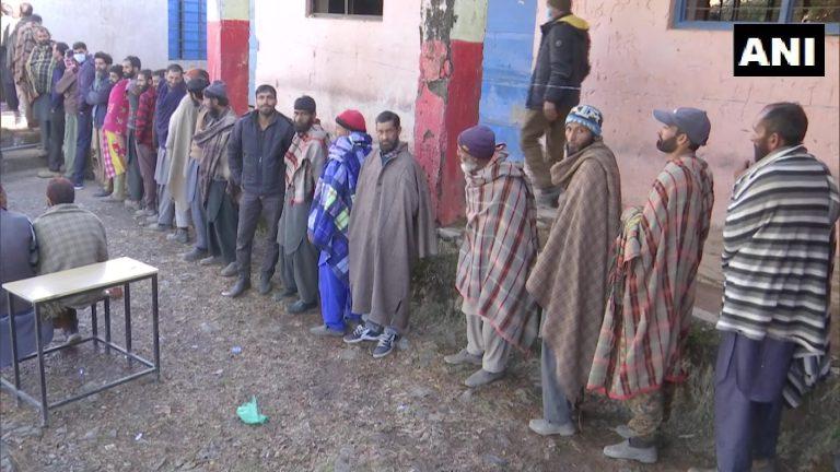 जम्मू कश्मीरः डीडीसी चुनाव में 51.79% मतदान, वोटर्स बोले-विकास के लिए किया मतदान