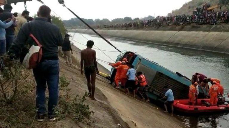 मध्यप्रदेश में नहर में गिरी बस, 40 लोगों की मौत, सीएम शिवराज की मृतकों को 5 लाख मदद की घोषणा