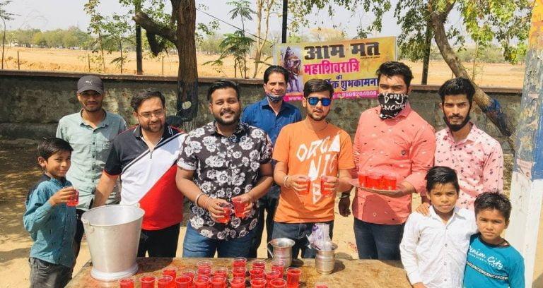 जयपुरः महाशिवरात्रि पर समाजसेवियों के साथ मिलकर आम मत ने शर्बत कराया वितरित