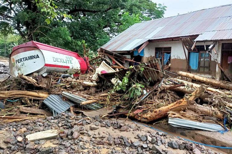 इंडोनेशिया में बाढ़ और Landslide ने मचाई तबाही, 126 की मौत